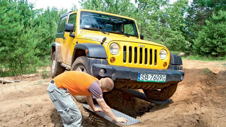 Szkoła jazdy Jeepa: radzimy, jak wyjechać z kopnego piachu