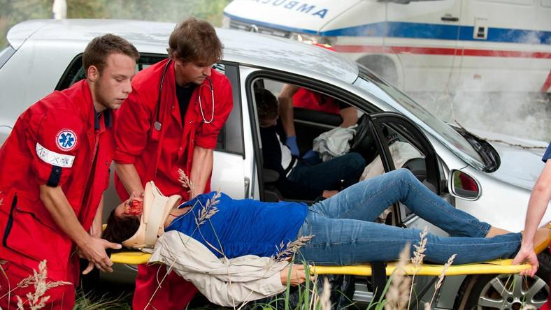 Marta i Janusz zostaną przetransportowani do szpitala, w którym pracuje brat Marty, Kamil.