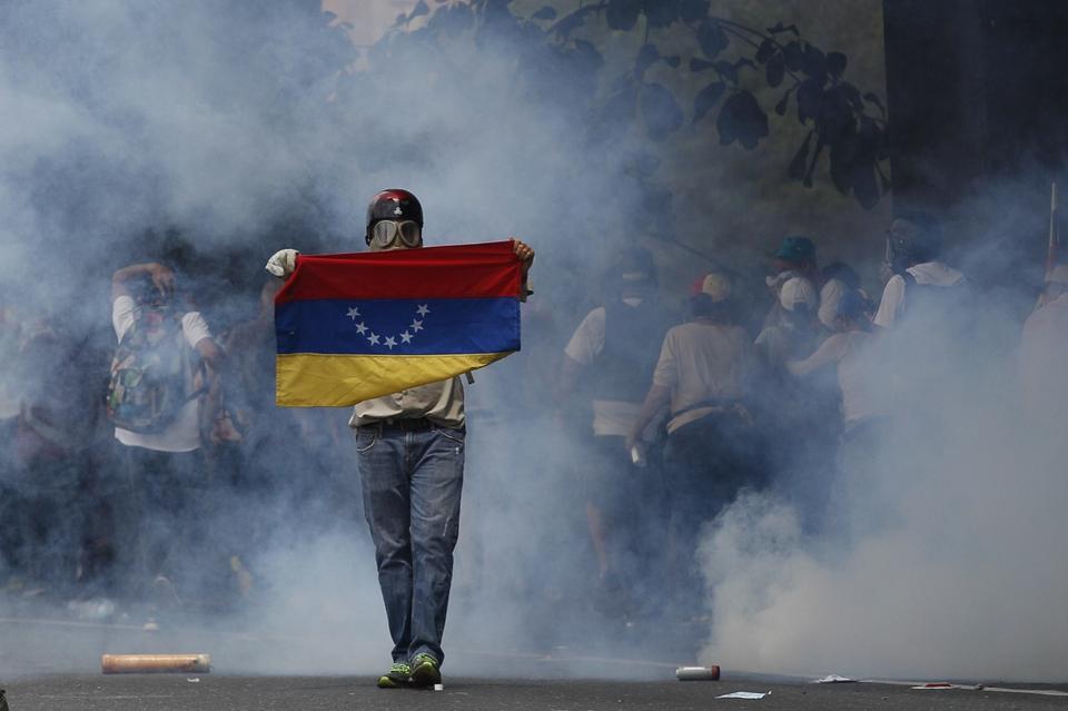 Przypomnijmy, że prezydent Nicolas Maduro objął urząd w 2013 r. Został namaszczony przez swojego poprzednika, uwielbianego i nienawidzonego zarazem Hugo Chaveza, który dzięki polityce wsparcia dla najbiedniejszych wyciągnął ze skrajnej biedy ok. 30 proc. Wenezuelczyków.