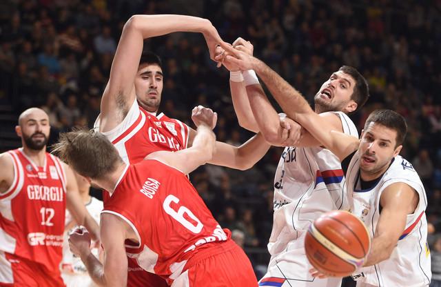 Tepić i Gagić u borbi za loptu na meču sa Gruzijom