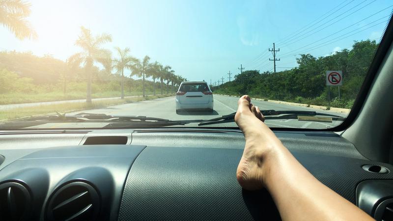 Takie zachowanie w samochodzie może być tragiczne w skutkach. Oto co może się zdarzyć
