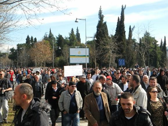 Protest u Podgorici pre sukoba s policijom