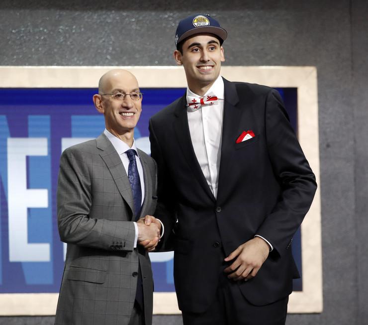 Adam Silver i Goga Bitadze na NBA draftu 2019. godine