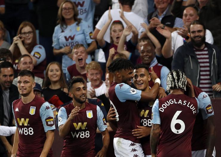 Fudbaleri Aston Vile proslavljaju gol