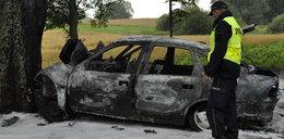 Mogli zginąć w płonącym samochodzie. Żołnierz uratował im życie