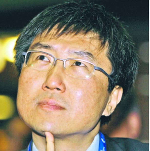 """Ha-Joon Chang, urodzony w Korei Południowej ekonomista z brytyjskiego Uniwersytetu w Cambridge. Uwielbia prowokować i pobudzać do myślenia ekonomiczny establishment. W swojej pierwszej głośnej książce """"Kicking Away the Ladder"""" (Odkopywanie drabiny) dowodził, że wszystkie kraje bogate na pewnym etapie swojego rozwoju stawiały na państwowy interwencjonizm, a teraz odmawiają biedniejszym robienia tego samego, promując wolny handel, na którym to oni zarabiają. Spore kontrowersje wywołała również jego najnowsza publikacja """"23 Things They Don't Tell You About Capitalism"""" (23 rzeczy, których wam nie mówią o kapitalizmie). Komentarze Ha-Joon Changa pojawiają się regularnie na łamach londyńskiego dziennika """"The Guardian"""" ap"""