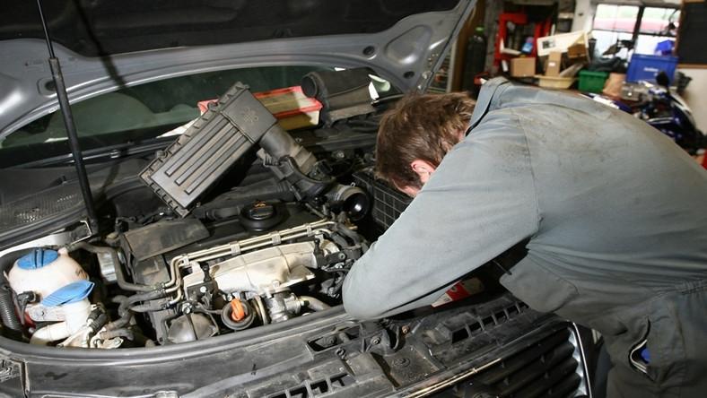 Największym sprzymierzeńcem kierowcy jest ostrożność. Rozważnie wybierz zakład, któremu chcesz powierzyć samochód. Warto poradzić się w tej kwestii swoich dobrych znajomych. Sama poczta pantoflowa może jednak nie wystarczyć. Kierowcy mogą skorzystać jeszcze z kilku innych, cennych porad - w dziennik.pl podpowiada m.in. prawnik…