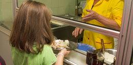 Afera w szkole. Zmuszali kucharkę, by zabierała dzieciom jedzenie!