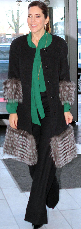 Księżna Mary w płaszczu z futrzanym wykończeniem