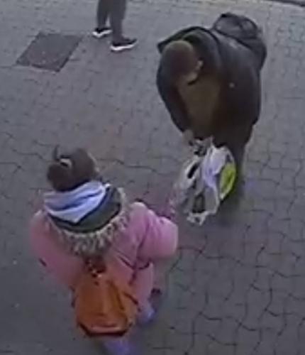 Lopott bankkártyával fizetett egy nő egy győri dohányboltban, keresi a rendőrség – fotó
