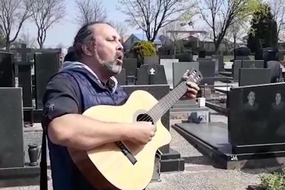 PRETUŽNO, SRCE SE CEPA NA DVOJE Pogledajte kojom pesmom je ispraćen Miša Tumbas /VIDEO/