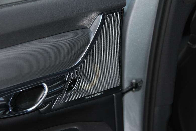 Część zestawu trójdrożnego w tylnych drzwiach - Bowers & Wilkins w Volvo V90