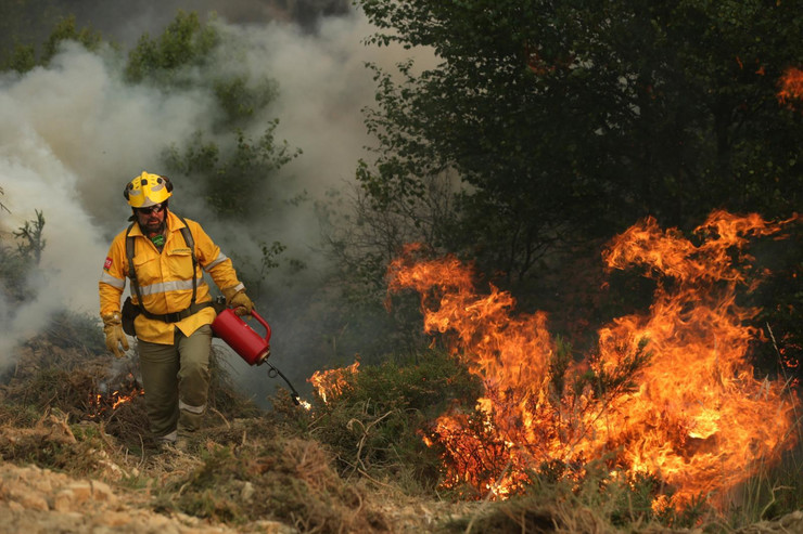 U nekim delovima vatra još bukti