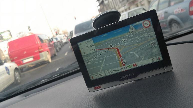 Becker Revo.1 ma dwa źródła informacji o ruchu drogowym i utrudnieniach: