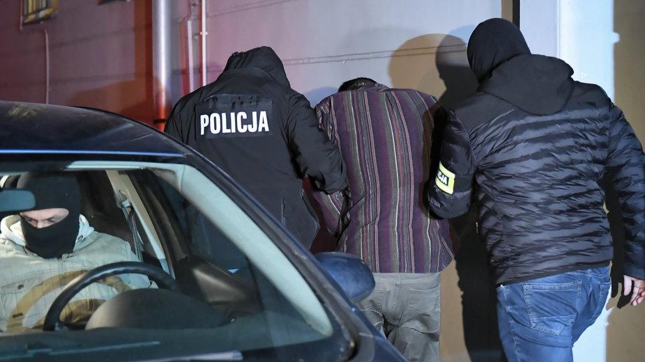 Stefan W. prowadzony przez policjantów po zatrzymaniu