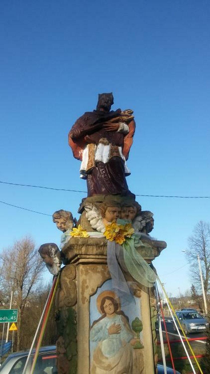 Zniszczona figura świętego w Jabłonce
