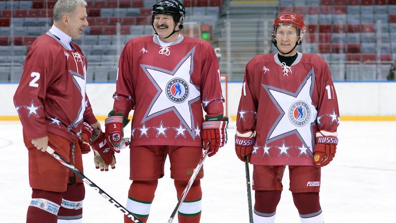 Władimir Putin i Aleksander Łukaszenka jak gwiazdy hokeja