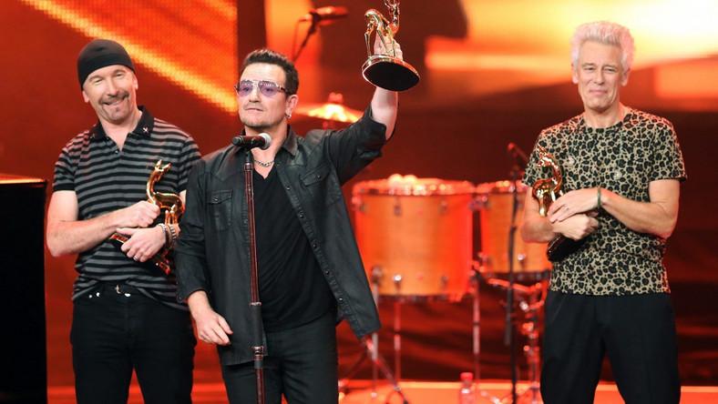 Paul David Hewson (1960) uznawany jest za ikonę współczesnego rocka. Wokalistę formacji U2 wielokrotnie nagradzano i odznaczano za działalność charytatywną, dwa razy też nominowano do Pokojowej Nagrody Nobla za pracę ku zmniejszeniu długów państw Trzeciego Świata oraz za uświadamianie społeczeństwa nt. AIDS. Prywatnie Bono od 1982 roku jest mężem Alison Hewson, z która ma czworo dzieci (Jordan, Eve, Elijah i John)