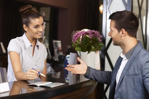 Artykuły 846-852 KC opisują odpowiedzialność, prawo zastawu i przedawnienie roszczeń utrzymujących hotele i podobne zakłady. Zgodnie z przepisami właściciel hotelu jest odpowiedzialny za utratę lub uszkodzenie rzeczy wniesionych przez gościa, jeżeli szkoda nie wynikła z powodu właściwości przedmiotu, siły wyższej lub z winy gościa. Jako rzecz wniesionąrozumiemy przedmiot, który podczas wyziyt gościa w hotelu znalazł się tam razem z nim i zostałpowierzony utrzymującemu zarobkowo hotel w miejscu przez niego wskazanym, lub przeznaczonym do tego celu.