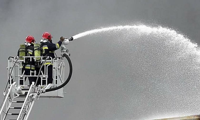 Katowice. Groźny pożar pustostanu z chemikaliami przy ul. Woźniaka