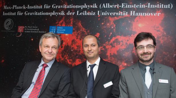 Szef Instytutu Plancka Karsten Danzmann oraz naukowcy Badri Krishnan and Vivien Raymond ogłaszają odkrycie.