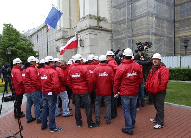 Związkowcy po spotkaniu przedstawicieli górniczych związków zawodowych z premierem. Fot. PAP/Rafał Guz