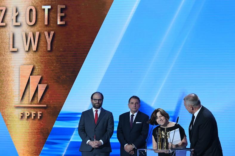 """Producent filmu """"Zimna wojna"""" Ewa Puszczyńska odbiera nagrodę Złote Lwy za najlepszy film festiwalu."""