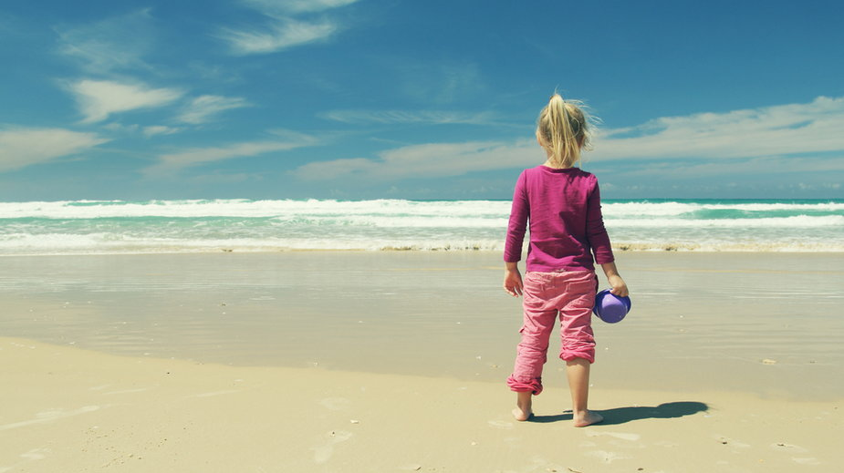 Zagubiona na plaży w Mielnie 4-latka odnaleziona przez policjantów. Zdjęcie ilustracyjne