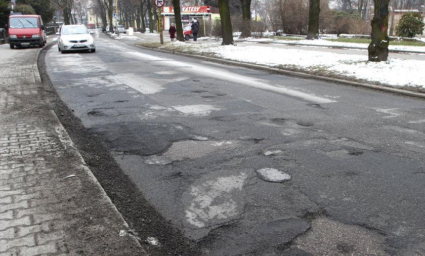 Zarząd Dróg w Gliwicach ma piękna siedzibę, ale dziurawą drogę dojazdową.