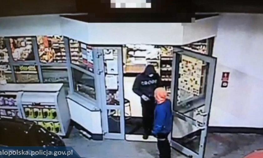 Sześciu mężczyzn w wieku od 21 do 30 lat napadło na stację benzynową, groziło pracowniczkom, zrabowało punkt sprzedaży i uciekło z łupem.