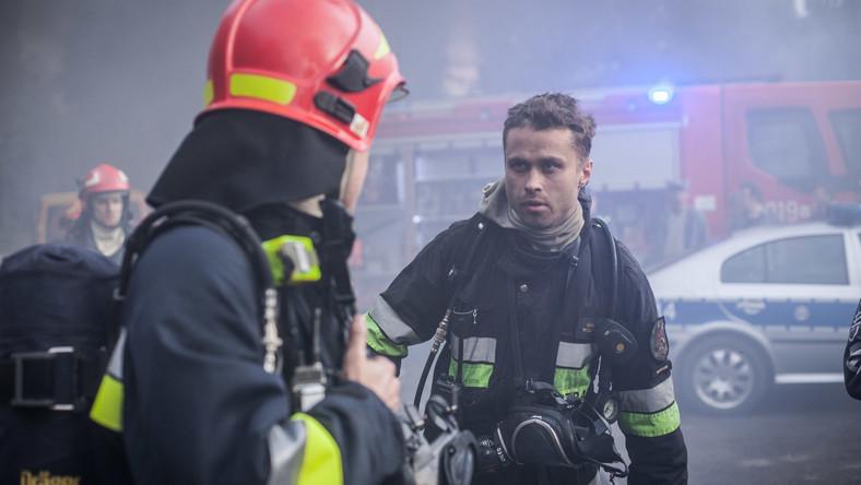 """Aby jak najbardziej oddać emocje i realia pracy strażaków - przed rozpoczęciem zdjęć - aktorzy wraz z całą ekipą przeszli specjalistyczne szkolenie, dotyczące obsługi sprzętu gaśniczego, udziału w akcjach ratowniczych, ratownictwa wodnego, jak również zetknęli się z """"żywym"""" ogniem."""