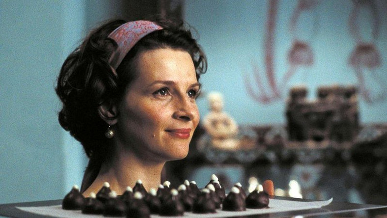 Czekoladowe smakołyki, z czułością i zmysłowością wytwarzane przez Vianne Rocher, symbolizują też witalność i płodność, których brak skostniałej mieścinie