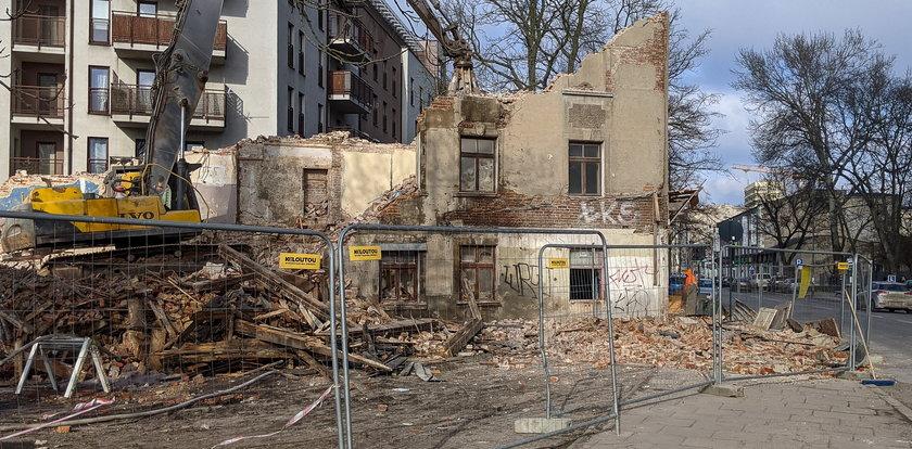 Rozbiórka kamienicy w Łodzi. O krok od tragedii. Zobacz film