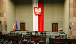 Poparcie dla PiS spada. Ruch Hołowni drugą siłą w Sejmie. SONDAŻ