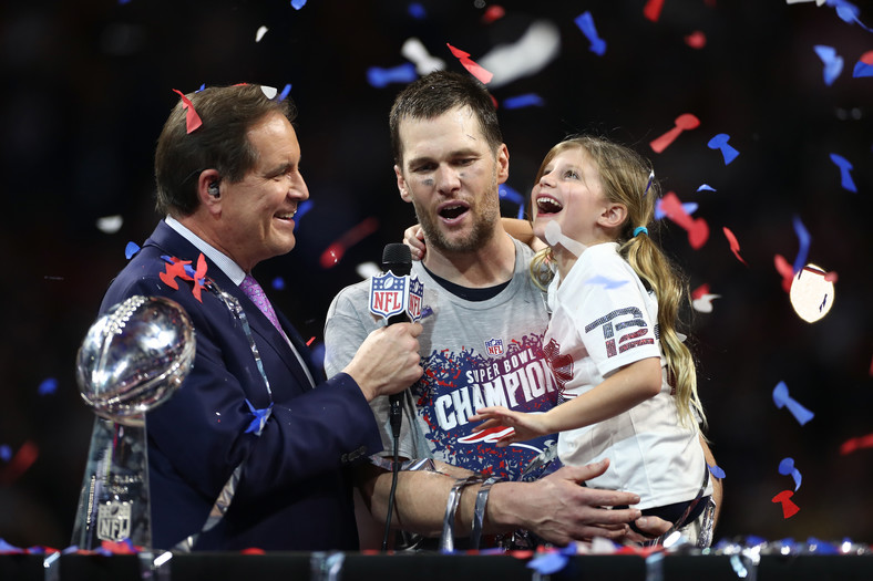 Tom Brady i trofeum za wygraną w Super Bowl - name more iconic duo, I'll wait