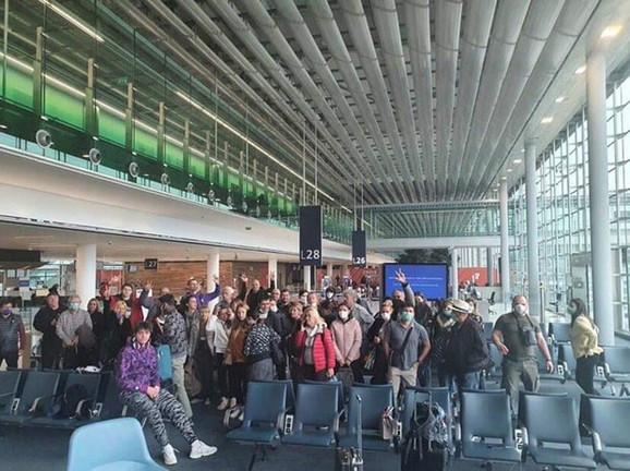 Srbi u Parizu, na aerodromu Šarl de Gol