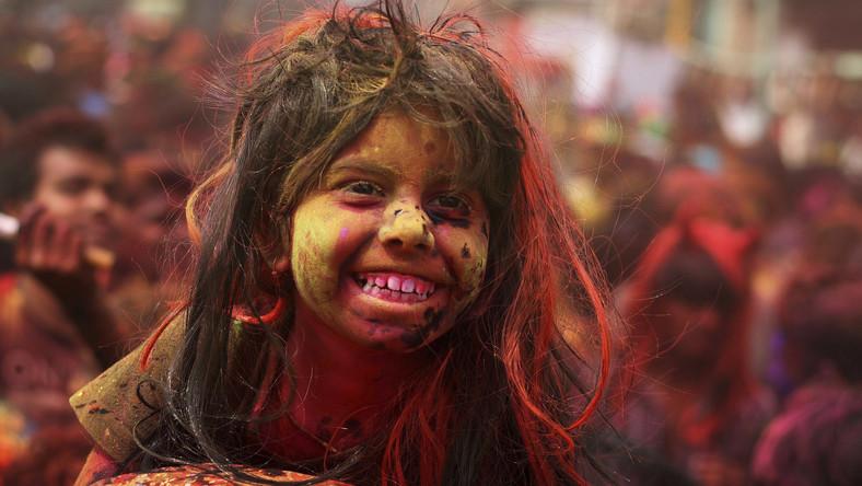 Festiwal ma dwa oblicza - na północy Indii jego uczestnicy świętują zwycięstwo i bohaterstwo boga Kryszny w walce z asurą Putaną, złą duchową istotą