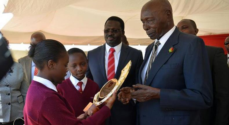 Kenya's second President, Daniel Arap Moi hands a trophy to a student. (Dailynation)