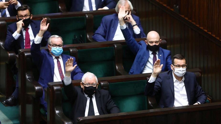 Wicepremier Jarosław Kaczyński i premier Mateusz Morawiecki (w pierwszym rzędzie) na sali posiedzeń Sejmu