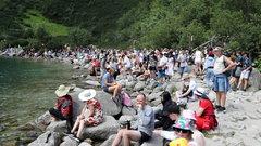 Szturm turystów na Morskie Oko. Potężne tłumy pod Tatrami. ZDJĘCIA