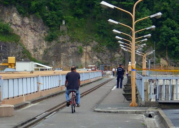 Alternativni prelaz u BiH preko hidrocentrale u Malom Zvorniku.