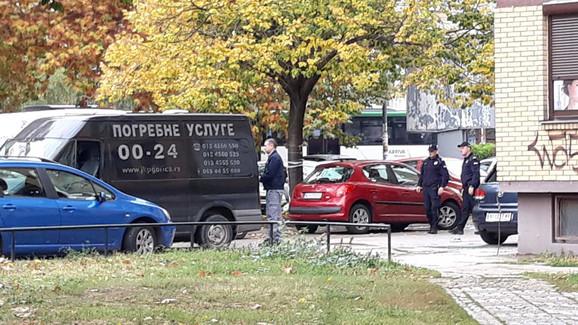 Majka telo sina zatekla ispred zgrade
