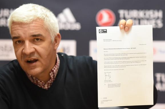 Igor Vujčin, portparol KK Crvena zvezda, pokazuje dopis FIBA o tome da ne postoje BAT zabrane crveno-belima za dovođenje novih igrača
