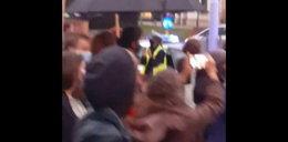 Niezwykły gest policjantki. Tak wsparła demonstrujących