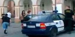 Gapy, nie policja! Oprych zwiał z radiowozu! FILM