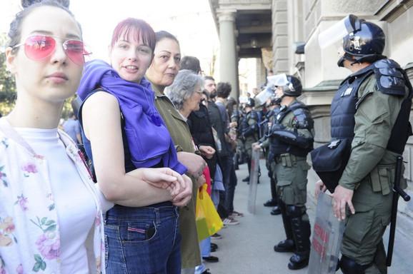 Demonstranti napravili obruč