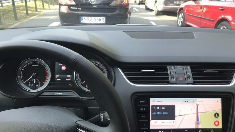 Nawigacja Waze w ramach Android Auto dobrze informowała o utrudnieniach drogowych. Skoda Octavia