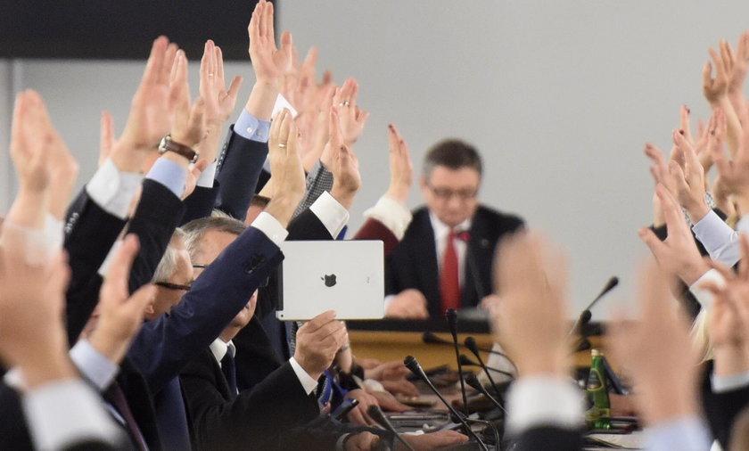 Zamieszanie ws. piątkowego głosowania. Mieli liczyć głosy, nie było ich nawet na sali!