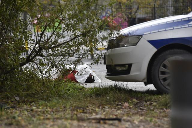 Telo mladića ostavljeno ispred zgrade u Kotežu