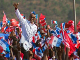 Rwandan President Paul Kagame of the ruling Rwandan Patriotic Front waves to his supporters during h